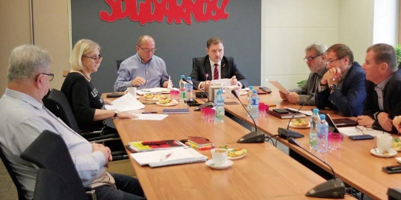 Prezydium Komisji Krajowej. Od lewej: Tadeusz Majchrowicz, Ewa Zydorek, Bogdan Biś, Piotr Duda, Henryk Nakonieczny, Jerzy Jaworski, Bogdan Kubiak. - Fot. M. Lewandowski