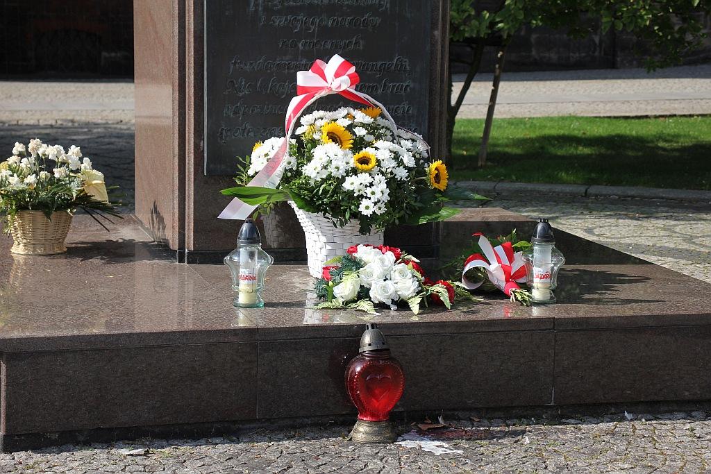 kwiaty papież pomnik (15)