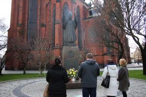 Kwiaty pod pomnikiem Papieża (2)