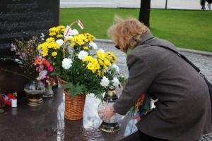 Kwiaty pod pomnikiem Papieża (3)