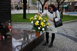 Kwiaty pod pomnikiem Papieża (5)