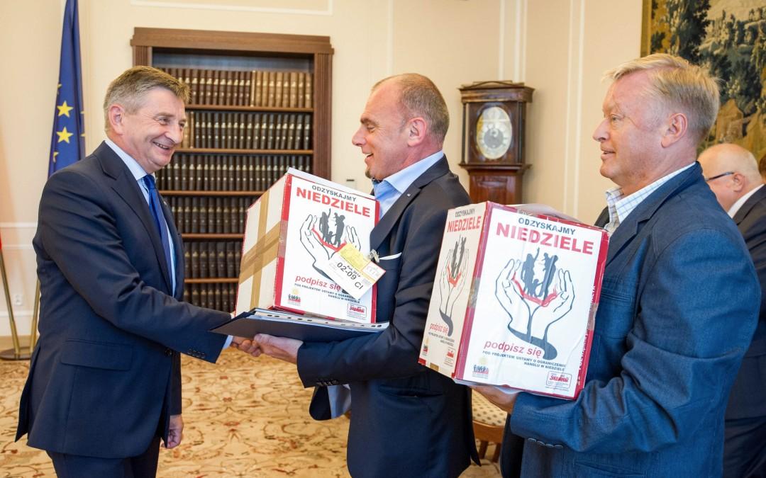 Ponad pół miliona podpisów Polaków popierających projekt Ustawy o ograniczeniu handlu w niedziele!
